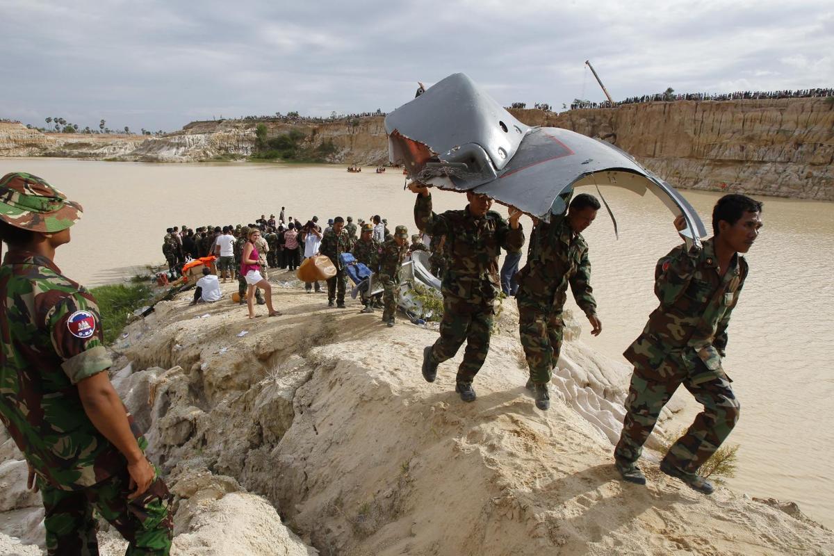 Cận cảnh máy bay Trung Quốc tặng Campuchia chỏng chơ trên vách đá 7