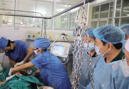 Cứu chữa 3 chiến sỹ vụ máy bay rơi: Gia đình nghẹn ngào trước sự tận tâm của bác sỹ 4