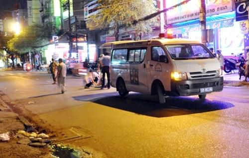 Nam thanh niên tông xe taxi, chân gãy vắt chéo lên bụng 6