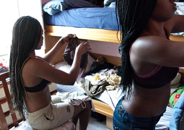 Cận cảnh gái mại dâm đường phố Italia hành nghề 14