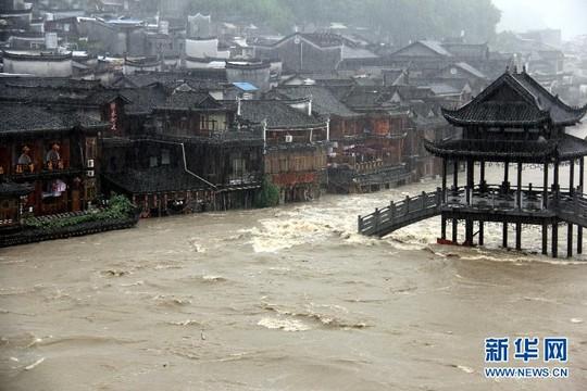 Mưa to ngập lút cổ trấn Trung Quốc 8