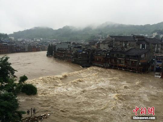 Mưa to ngập lút cổ trấn Trung Quốc 10
