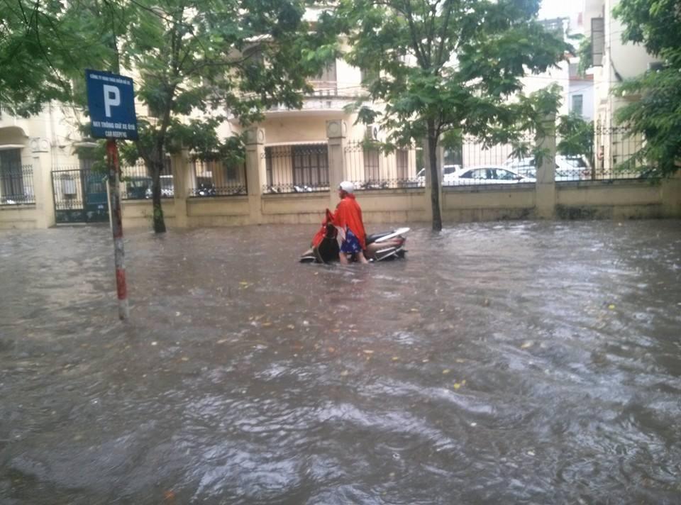 Siêu bão Thần Sấm: Hà Nội mưa lớn, nhiều tuyến đường ngập nặng 4