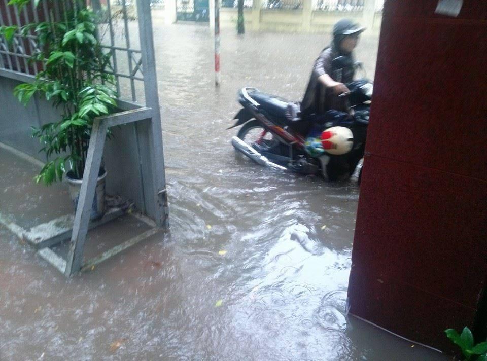 Siêu bão Thần Sấm: Hà Nội mưa lớn, nhiều tuyến đường ngập nặng 5