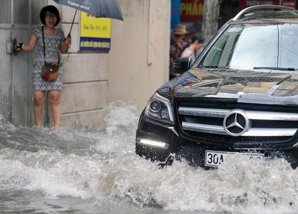 Siêu bão Thần Sấm: Hà Nội mưa lớn, nhiều tuyến đường ngập nặng 9