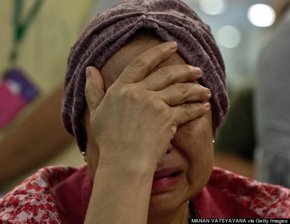 Thân nhân hành khách máy bay MH17 khóc ngất chờ tin  2