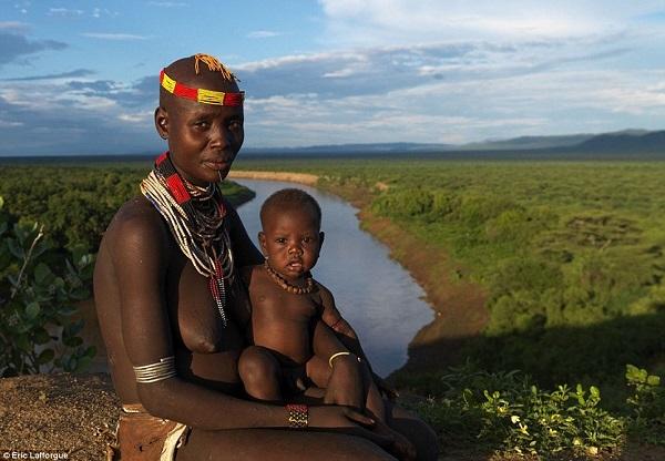 Rùng mình bộ tộc ném trẻ sơ sinh cho cá sấu ăn 6