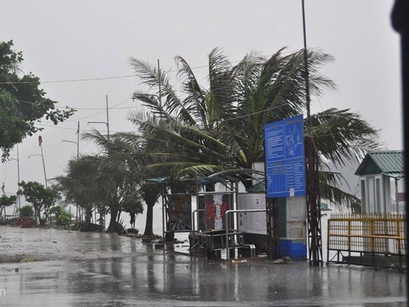 Hình ảnh mới nhất bão số 2 - bão Thần Sấm đổ bộ vào đất liền 9