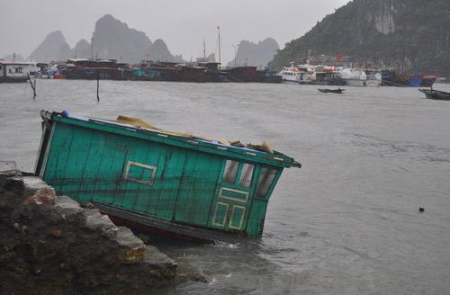 Nhiều tàu chìm, 34 nhà bị tốc mái vì bão Thần Sấm 7