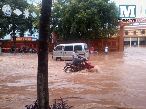 Lạng Sơn chìm trong biển nước vì bão Thần Sấm 14