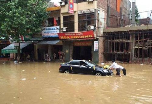 Xe sang Mercedes rước dâu bị chết máy trong nước lũ Lạng Sơn 6