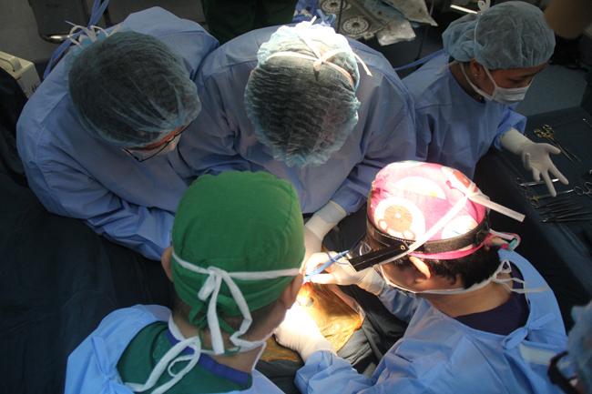 Cặp song sinh dính liền phần bụng được phẫu thuật thành công 8