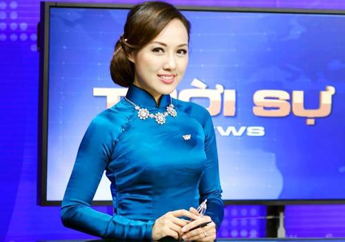 MC Hoài Anh gặp sự cố rơi hoa tai khi đang dẫn Thời sự 19h