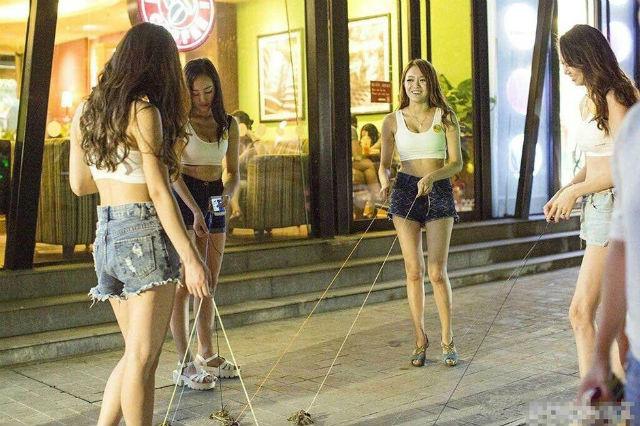 Dàn hot girl chân dài dắt cua đi dạo gây sốt cộng đồng mạng 7