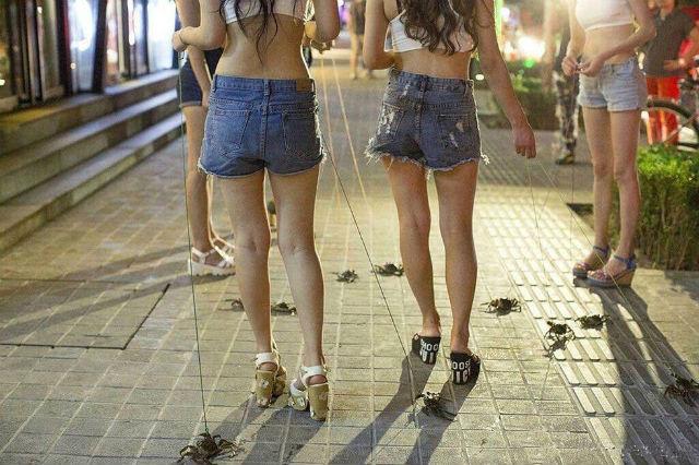 Dàn hot girl chân dài dắt cua đi dạo gây sốt cộng đồng mạng 8