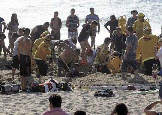 Đào hố chơi trên bãi biển, nam thanh niên bị cát đè chết 4