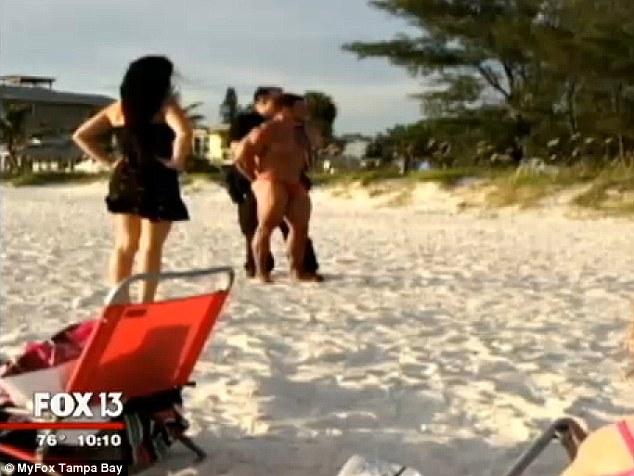 Bị cảnh sát bắt vì ân ái tại bãi biển 7