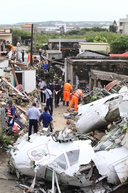 Tai nạn máy bay Đài Loan: Nạn nhân rơi trên nóc nhà dân 8