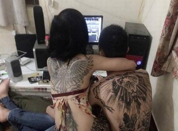 Cặp đôi xăm kín lưng, ôm nhau tình tứ