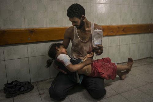 Kinh hoàng cảnh nã bom vào trường học, xác trẻ em nằm la liệt 12
