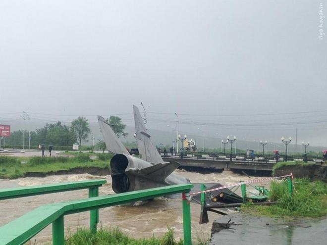 Máy bay chiến đấu Nga bị...nước lũ cuốn trôi 6