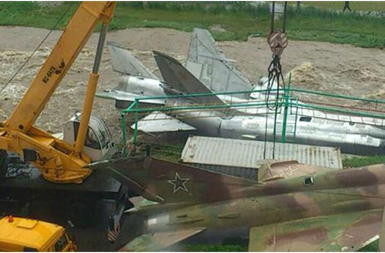 Máy bay chiến đấu Nga bị...nước lũ cuốn trôi 11