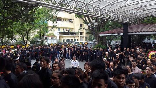 Hàng ngàn đệ tử mặc võ phục tiễn đưa Trưởng môn phái Bình Định Gia 6