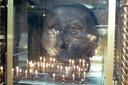 Rùng mình hộp sọ của vị thánh hiển linh lơ lửng giữa không trung 5