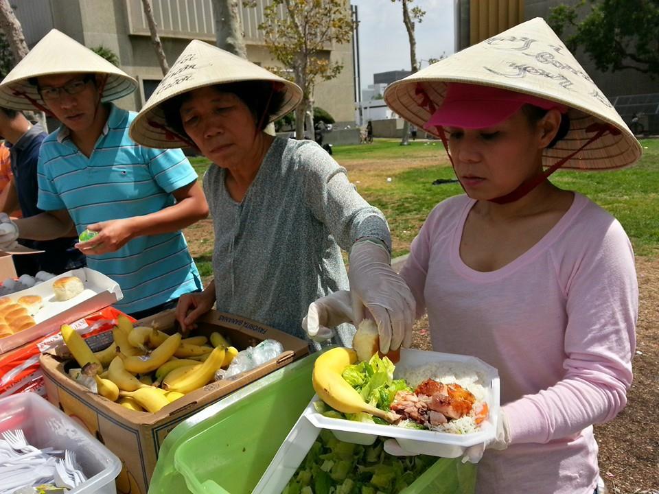 'Vợ Hoài Linh' mặt mộc đội nón lá tất bật làm từ thiện 5