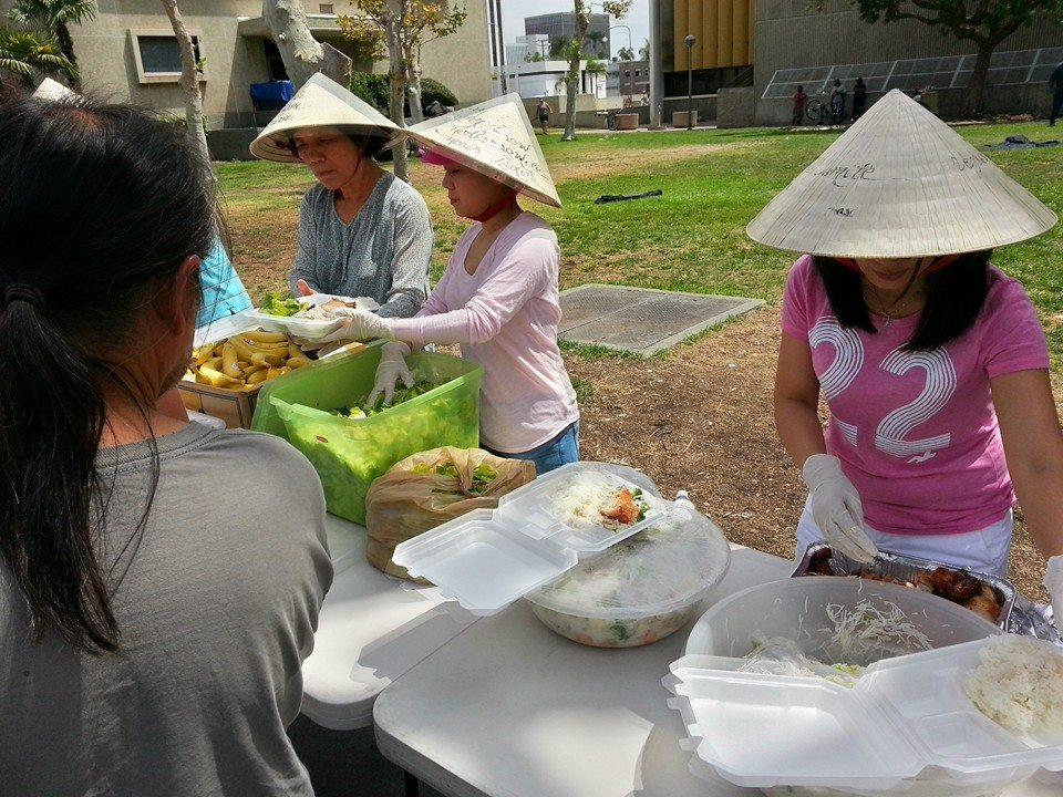 'Vợ Hoài Linh' mặt mộc đội nón lá tất bật làm từ thiện 7