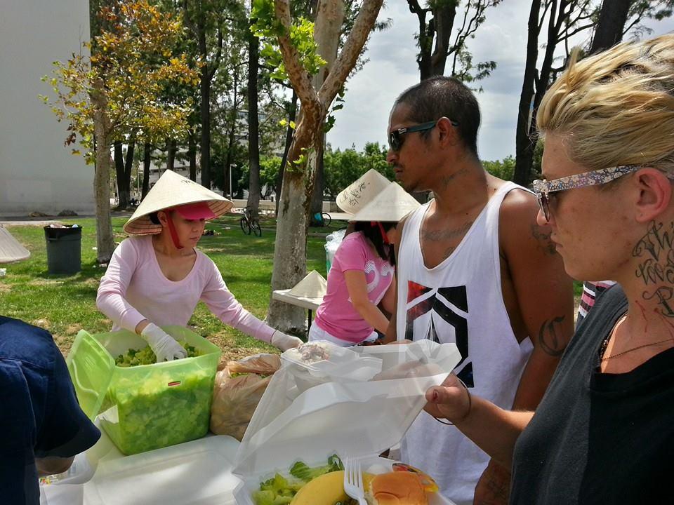 'Vợ Hoài Linh' mặt mộc đội nón lá tất bật làm từ thiện 8