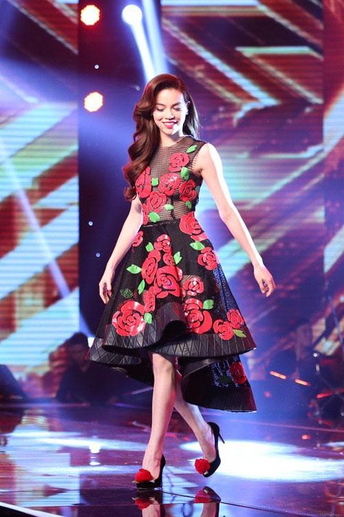 Hồ Ngọc Hà mặc váy xuyên thấu gợi cảm trên sóng truyền hình 6