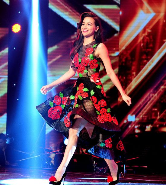 Hồ Ngọc Hà mặc váy xuyên thấu gợi cảm trên sóng truyền hình 9