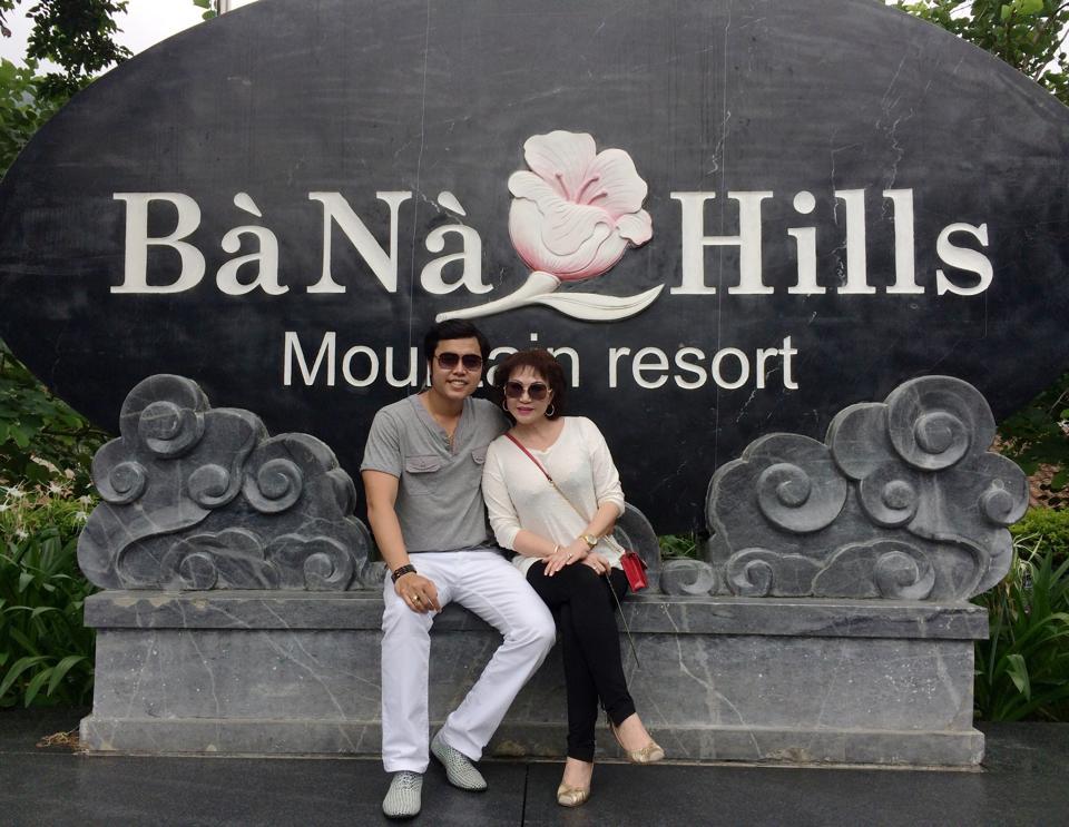 Hình ảnh Vũ Hoàng Việt và bồ già tỷ phú chụp ảnh cùng Thành Long số 6