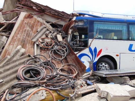 Xe khách 52 chỗ lao thẳng vào nhà dân khiến 1 người chết 6