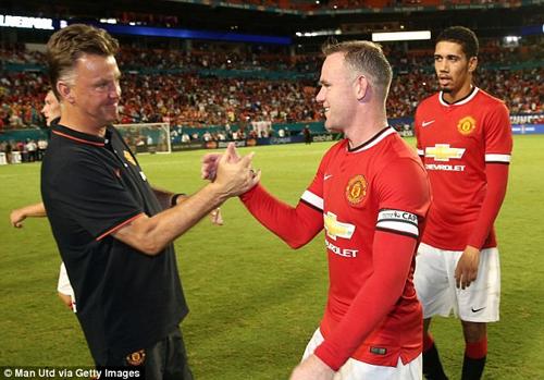 Hình ảnh HLV Van Gaal quyết định trao băng đội trưởng M.U cho Rooney số 1
