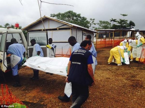 Đại dịch Ebola: Người chết bị ném ra đường gây chấn động thế giới 6