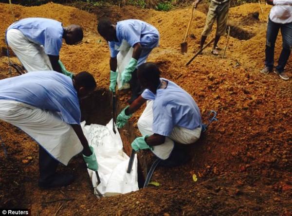 Đại dịch Ebola: Người chết bị ném ra đường gây chấn động thế giới 8