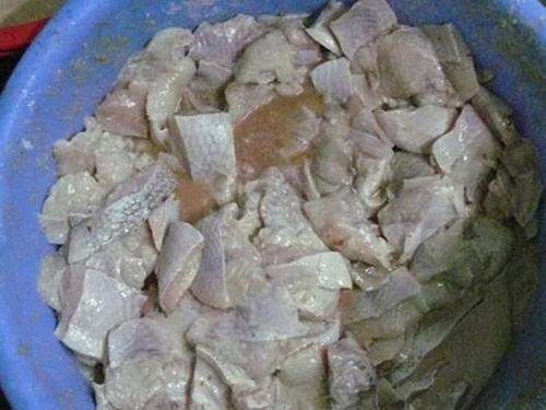 Hình ảnh Kinh hoàng với cảnh chế biến cơm bình dân từ thịt lợn bệnh, cà thối số 1