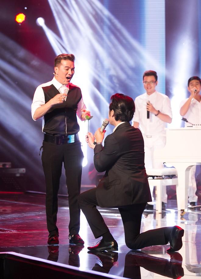 Liveshow 2 X Factor: Mr Đàm tròn mắt khi Dương Khắc Linh qùy gối tặng hoa 6