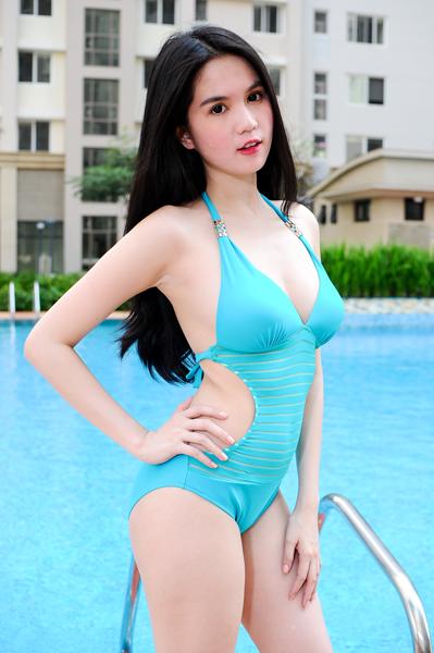 Ngọc Trinh, Angela Phương Trinh cạnh tranh khoe body nóng bỏng 6