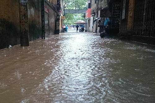 Đường Hà Nội lại thành... sông sau trận mưa lớn 6