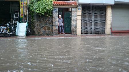 Đường Hà Nội lại thành... sông sau trận mưa lớn 8