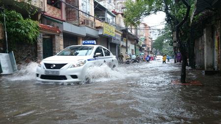 Đường Hà Nội lại thành... sông sau trận mưa lớn 9