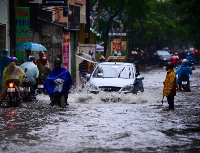 Nhiều tuyến phố Hà Nội ngập vì mưa 14