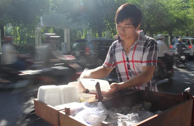 9X bỏ ĐH Nhân văn, đi bán bánh ướt lề đường Sài Gòn 5