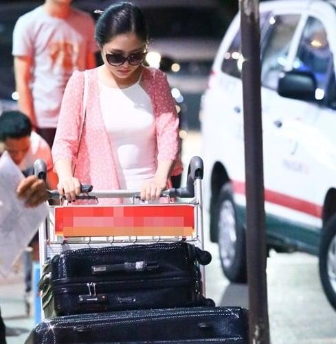 Hình ảnh Hương Tràm diện áo yếm bó sát, mỏng tanh ở sân bay số 1