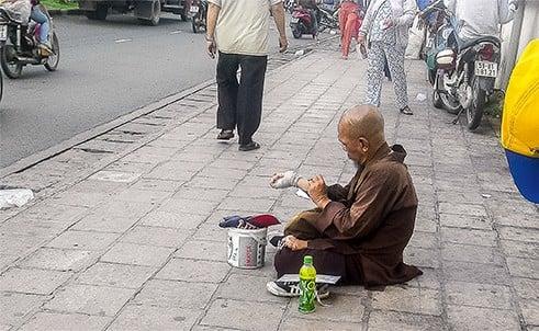 Lật tẩy một số chiêu giả ăn xin ở Sài Gòn 6