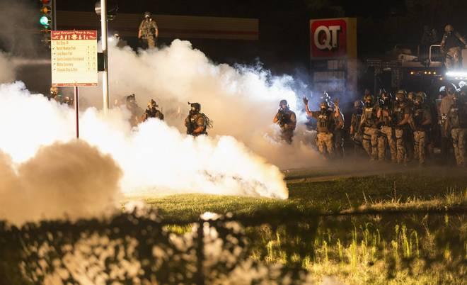 Chính quyền Mỹ mang xe bọc thép dẹp bạo loạn 11