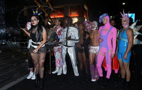 Lady Gaga diện tắt rách, mặc váy khung thép 6